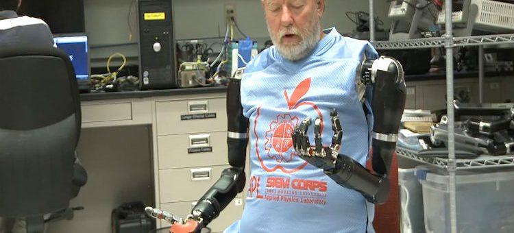 Paciente amputado controla duas próteses robóticas com o cérebro